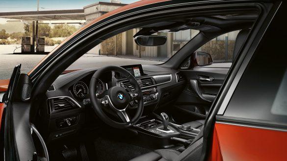 BMW 2er Coupé Cockpit von außen durch geöffnete Türe