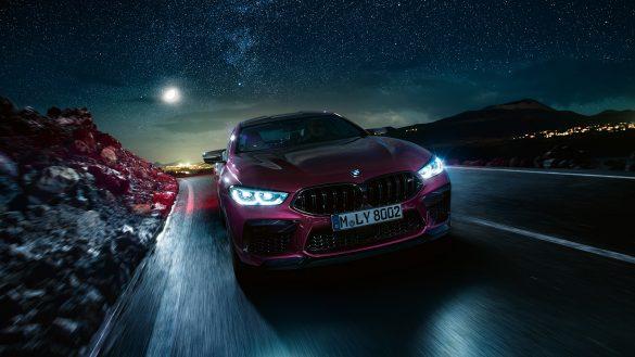 BMW 8er Gran Coupé M von vorne bei Nacht auf der Straße
